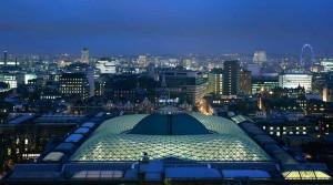 Vista notturna del tetto vetrato