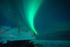 Surf nel mar Artico con aurora boreale