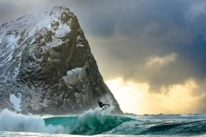 Surf nel mar artico delle Isole Lofoten