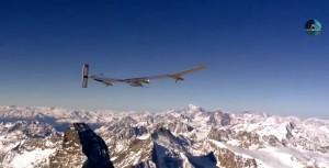 L'aereo solare in volo sulle montagne