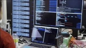Tecnici al lavoro sul software