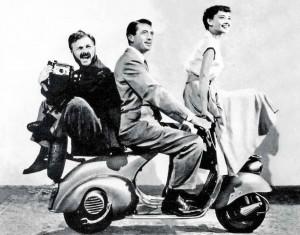 Audrey Hepburn, Gregory Peck e Eddie Albert su Vespa