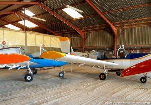Hangar con alianti ed aerei per il rimorchio