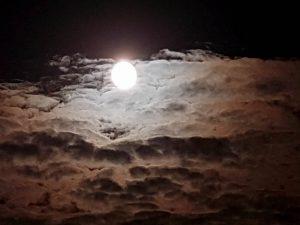 Luna piena fra nuvole