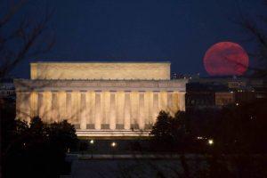 Luna piena vicino al Lincoln Memorial