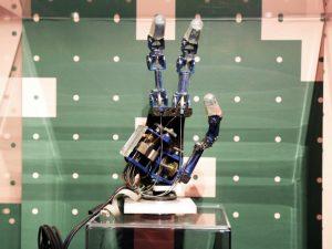Mano robotica mostra Uomo Virtuale