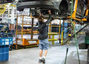 Operaio fabbrica Ford con EksoVest