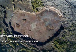 Fotografia della cava a forma di cuore nel Parco dell'Etna