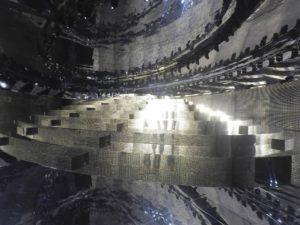 Sfilata Gucci ellissi con specchiopiuma e muri di luci