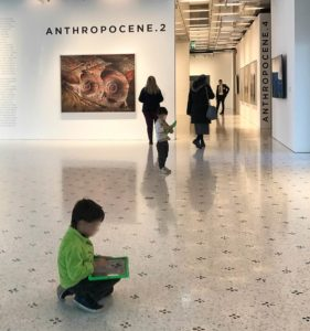 Bambini alla mostra Anthropocene con tablet