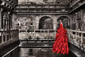 Modella con vestito rosso foto S1R Stuht
