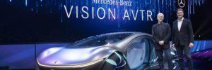 Ola Källenius e James Cameron con Vision AVTR