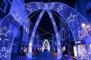 Archi di luce blu e bianchi a Mayfair 2020