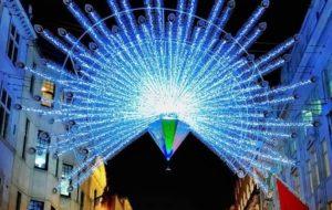 Piume di pavoni illuminano Bond Street