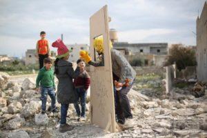 Bambini in un campo profughi siriano guardano il teatro delle marionette