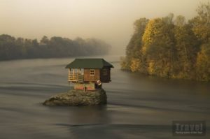 Casa su uno scoglio in Serbia di Irene Becker