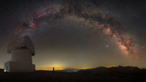 La Via Lattea vista dall'osservatorio Helmos in Grecia.