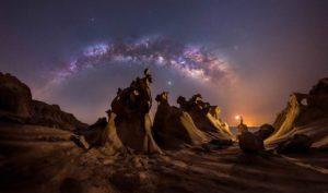 La Via Lattea con lo sfondo di rocce e dune del Golfo Persico