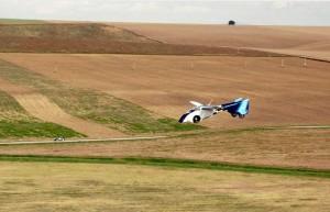L'AeroMobil sorvola i campi
