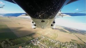 Vista dal basso dell'AeroMobil