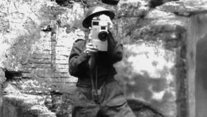 Un soldato con una rudimentale camera nel 1945