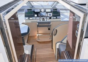 Azimut Grande 32 metri postazione pilota interna