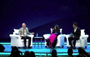 Jeff Bezos su un palco durante un'intervista