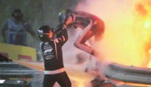 Grosjean esce dalla monoposto in Bahrein