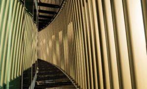 Corridoio con legno e vetrature